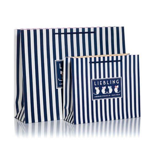 Zwei blau-weiße Papiertüten und Papiertaschen von Liebling entwickelt und produziert von CREATEAM PROMOTION
